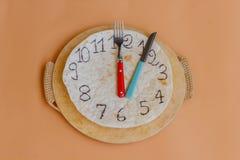 Часы сделанные piadina отметят обеденное время Стоковое Фото