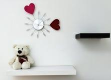 Часы с сердцами на стене Стоковые Изображения