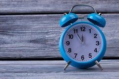 Часы таблицы на деревянной предпосылке Стоковая Фотография