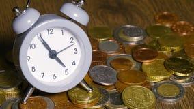 Часы таблицы с монетками акции видеоматериалы