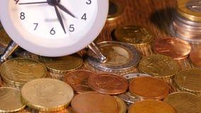 Часы таблицы с монетками видеоматериал