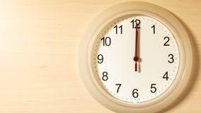 Часы тикая показывающ 12 часов Стоковое Фото