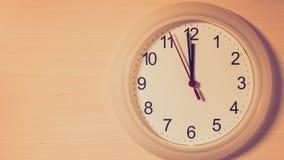 Часы тикая показывающ 12 часов Стоковые Фотографии RF