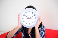 Часы удерживания девушки Стоковое Изображение