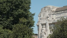 Часы фасада центрального вокзала Милана сток-видео