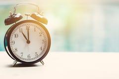 часы часов ` 11 o ретро на бассейне Стоковая Фотография