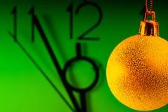 часы шарика украсили новый год темы Стоковое Изображение RF