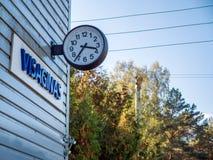 Часы nameplate Visaginas Литвы на здании вокзала Gelezinkelio Stotis стоковая фотография