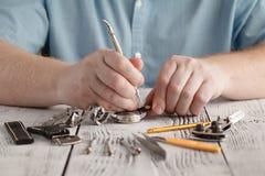 Часы repaire человека стоковые фото