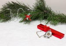 Часы ` s Новый Год звезды абстрактной картины конструкции украшения рождества предпосылки темной красные белые Стоковая Фотография