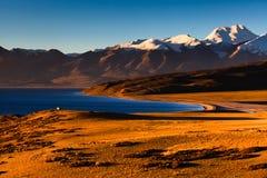 Час восхода солнца озером Mapam Yum Co стоковая фотография rf