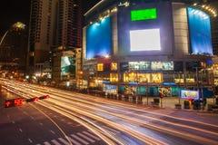 Час пик Бангкока Пересечение, перемещения движения регулярного пассажира пригородных поездов вечером Красочное движение ночи в го стоковые изображения