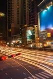 Час пик Бангкока Пересечение, перемещения движения регулярного пассажира пригородных поездов вечером Красочное движение ночи в го стоковые изображения rf