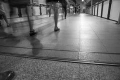 Час пик в метро Был сфотографирован в черно-белом с долгой выдержкой для того чтобы представить запутанность в городе Спешка и Стоковые Изображения
