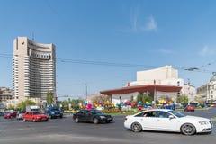 Час пик в центре города квадрата университета города Бухареста Стоковое Изображение RF