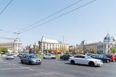 Час пик в центре города квадрата университета города Бухареста Стоковые Изображения RF