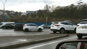 Час пик и переполнятьые дороги Много автомобилей управляют в заторе д сток-видео
