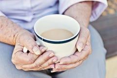 Чашек чаю в руках Стоковые Изображения RF