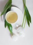 Чашек чаю и белые цветки тюльпана Стоковое Изображение