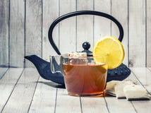 Чашек чаю на деревянной таблице стоковое фото