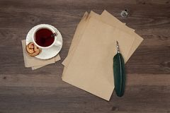 Чашек чаю на деревянной таблице стоковое фото rf