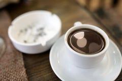 Чашка армянских кофе и ashtray стоковые фото