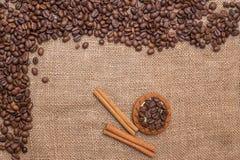 Чашка белизны печенья циннамона кофейных зерен Стоковое Изображение