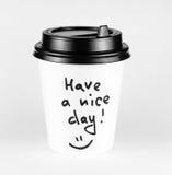 Чашка белой бумаги горячего питья с положительным ярлыком Стоковые Изображения RF
