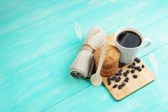 Чашка вкусного кофе с изюминками и печеньями над винтажным деревянным столом Стоковое Изображение RF