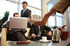чашка вручает людей встречи к женщине стоковое фото