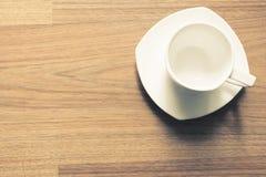 Чашка в древесине стоковое изображение rf