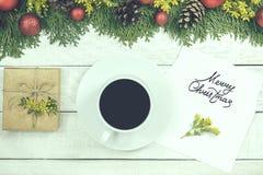 Чашка горячего какао, украшений праздника, подарка, настоящего момента, миниатюрного Стоковые Изображения RF