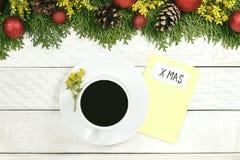 Чашка горячего какао, украшений праздника, подарка, настоящего момента, миниатюрного Стоковая Фотография RF