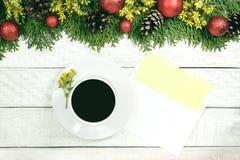 Чашка горячего какао, украшений праздника, подарка, настоящего момента, миниатюрного Стоковые Фото
