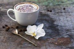 Чашка горячего кофе и орхидея цветут на деревянной предпосылке Традиционное flo орхидеи предпосылки капучино или какао питья дере Стоковое фото RF