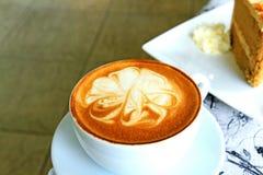 Чашка горячего кофе капучино на таблице Стоковая Фотография RF