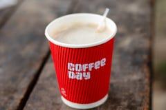 Чашка горячего кофе красная стоковые фотографии rf