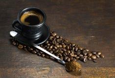 Чашка горячего кофе на деревянной предпосылке Стоковые Изображения
