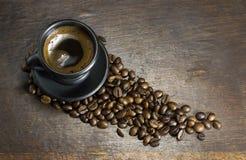 Чашка горячего кофе на деревянной предпосылке Стоковые Фото