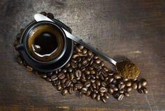 Чашка горячего кофе на деревянной предпосылке Стоковые Изображения RF