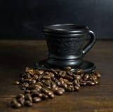 Чашка горячего кофе на деревянной предпосылке Стоковое Изображение RF