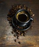 Чашка горячего кофе на деревянной предпосылке Стоковое Фото