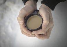 чашка горячего кофе на снеге Стоковая Фотография RF