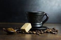 Чашка горячего кофе с ложкой и конфетой Стоковое Фото