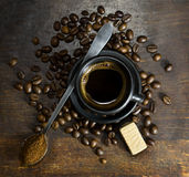 Чашка горячего кофе с ложкой и конфетой Стоковые Изображения