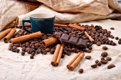 Чашка горячего кофе с ручками циннамона, сдержанного бара шоколада Стоковое фото RF