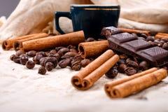 Чашка горячего кофе с ручками циннамона, сдержанного бара шоколада Стоковые Фотографии RF
