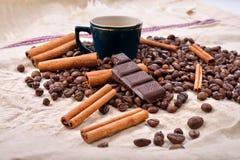 Чашка горячего кофе с ручками циннамона, сдержанного бара шоколада Стоковые Изображения