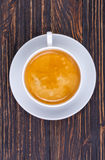 Чашка горячего кофе с шлачкой на поддоннике на деревянном в деревенском стиле Стоковые Фото