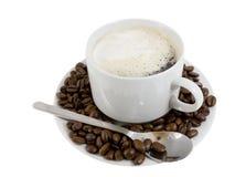 Чашка горячего кофе e с сливк. Изолировано. стоковые фото